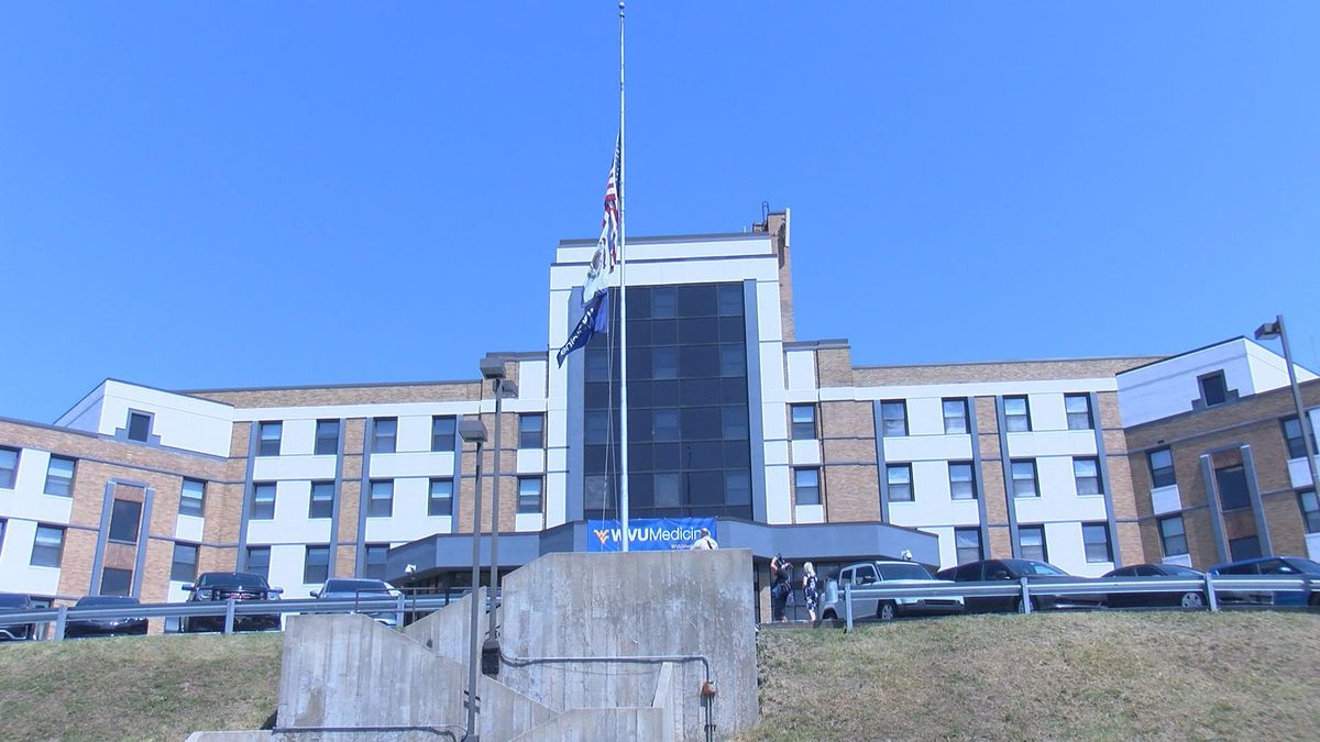 Sen. Manchin visits the Fairmont Medical Center.